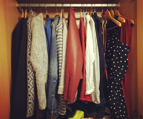Te warm om te slapen = het ideale moment om ein-de-lijk de kleerkast te minimaliseren. 💪 #capsulewardrobe #minimalism