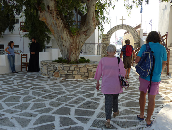 devant l'église, pope et promeneurs