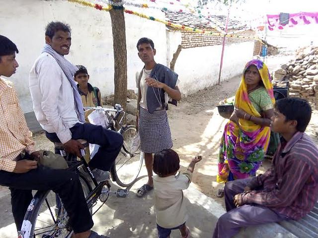 हाल बताते गाँव के लोग