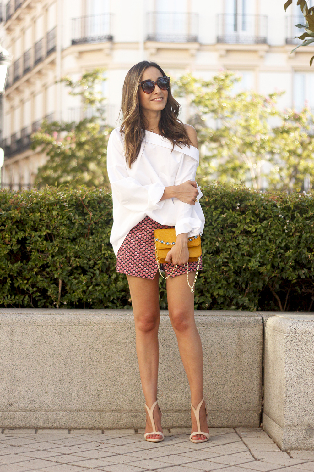 White shirt with printed shorts uterquë bag summer outfit style heels18