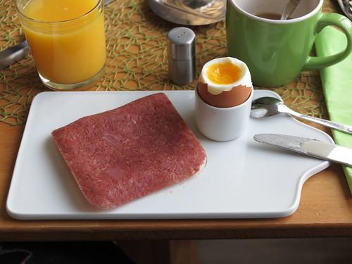 Corned Beef auf Toast zum Frühstücksei