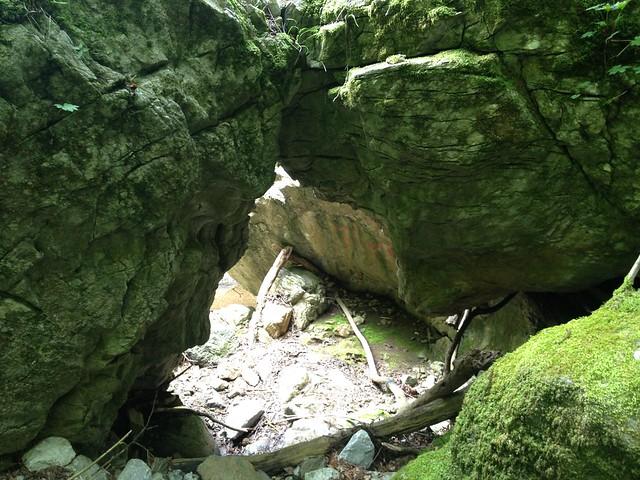 霊仙山 谷山谷登山道 くぐり岩