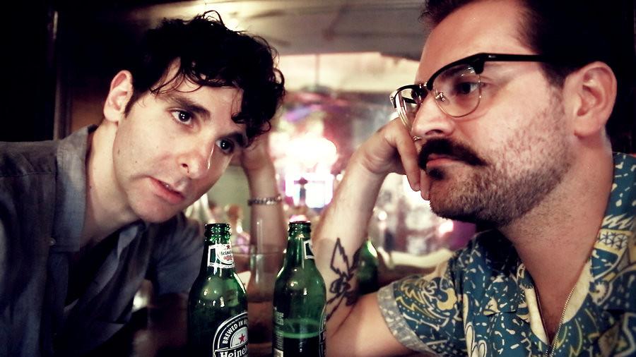 Descobertas Musicais de Junho: foto de Low Cut Connie bebendo cerveja