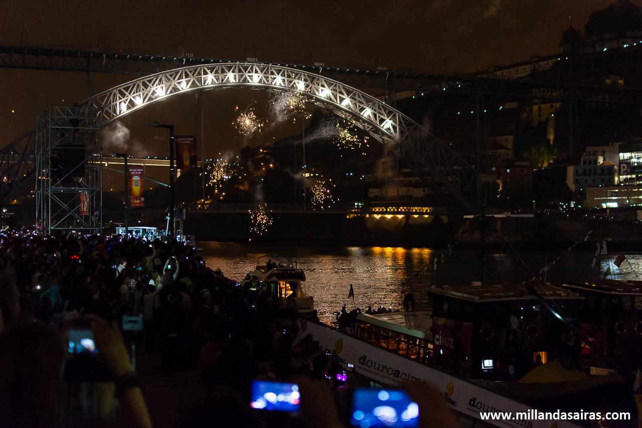 ¡Comienzan los fuegos artificiales en el puente!