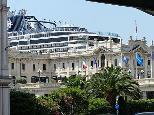 énorme paquebot à Gênes