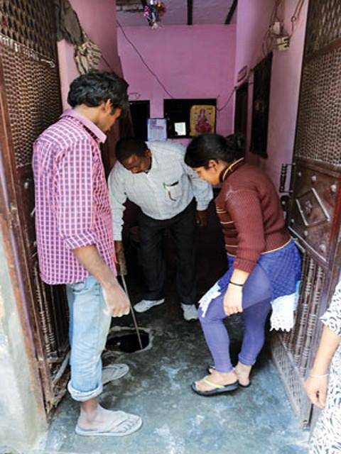 गाजियाबाद के बलरामनगर के इस घर में दो सेप्टिक टैंक हैं लेकिन गन्दगी  खुले ड्रेन में डाली जाती है।